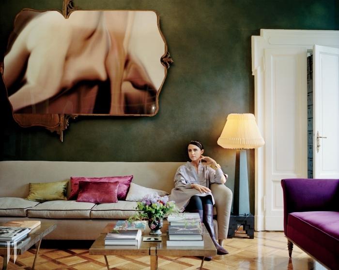토즈의 가을 컬렉션 옷을 입고 있는파키네티. 1950년대의빈티지 소파와 디모레 스튜디오가제작한 커피 테이블 두 개는특별 주문해 제작된 것.