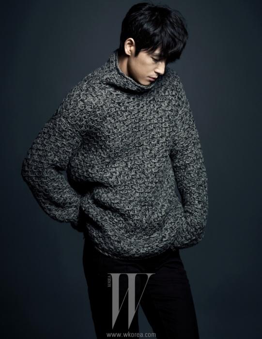성근 짜임의 터틀넥 니트와검은색 팬츠는Dolce & Gabbana 제품.