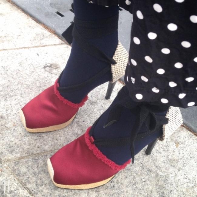 새틴과 캔버스 천 등 여러 소재가 믹스된 리본 스트랩 슈즈와 폴카 도트 무늬 팬츠를 매치한 유니크한 스타일! 바지와 신발 모두 노 브랜드. 김휘빈