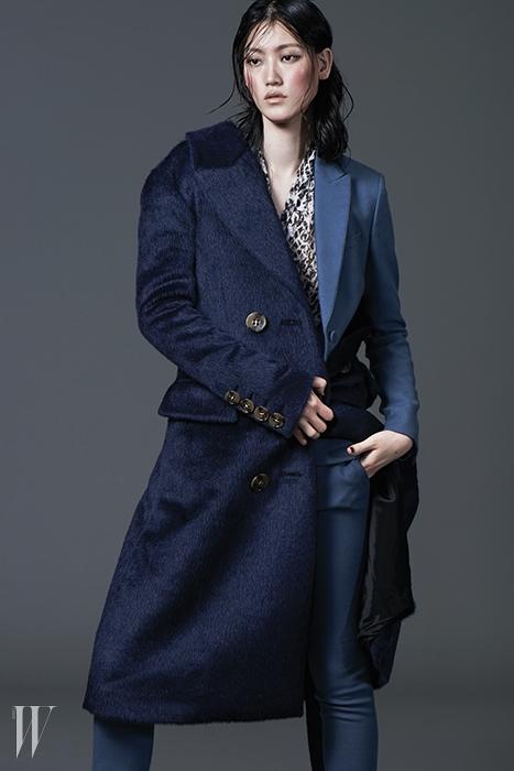 푸른색 싱글 재킷은 1백96만5천원. 얇고 긴 수트 팬츠는 81만5천원,홀스빗 로퍼 부츠는 2백47만원. 모두 구찌 제품.레오퍼드 프린트의 블라우스는 꽁뜨와 데 꼬또니에 제품. 34만8천원.알파카 소재의 네이비 롱 코트는 버버리 프로섬 제품. 4백40만원대.