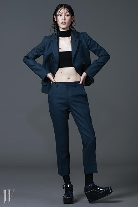 간결한 디자인의 청녹색 싱글 재킷은 3백16만원,팬츠는 1백48만원. 모두 질 샌더 제품.안에 입은 검은색 터틀넥 니트 브라톱은 푸시버튼 제품.22만9천원. 남색 웨지힐 샌들은 셀린 제품. 가격 미정.