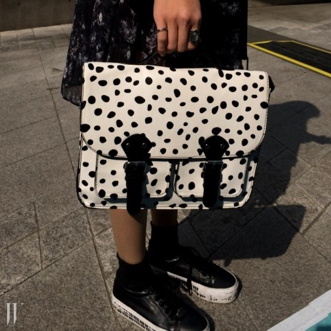 견고한 디자인에 #귀요미 달마시안 패턴이 프린트 된 샤첼백은 H&M제품. (이희주)#101마리 #개스타그램 #학교다녀오겠습니다 #쿠키앤크림