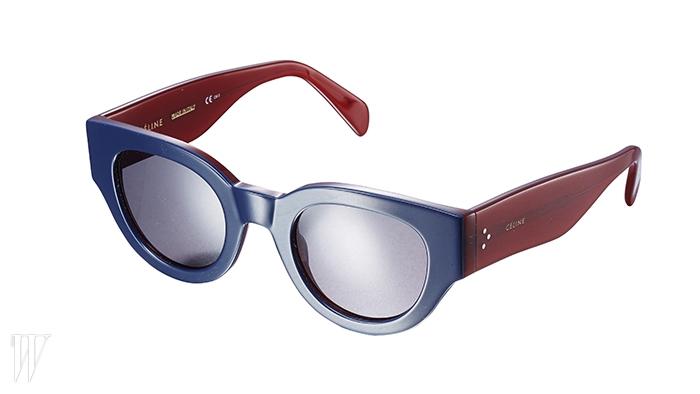CELINE 와인색 템플과 네이비 프레임의 컬러 조합이 멋진 선글라스. 40만원대.