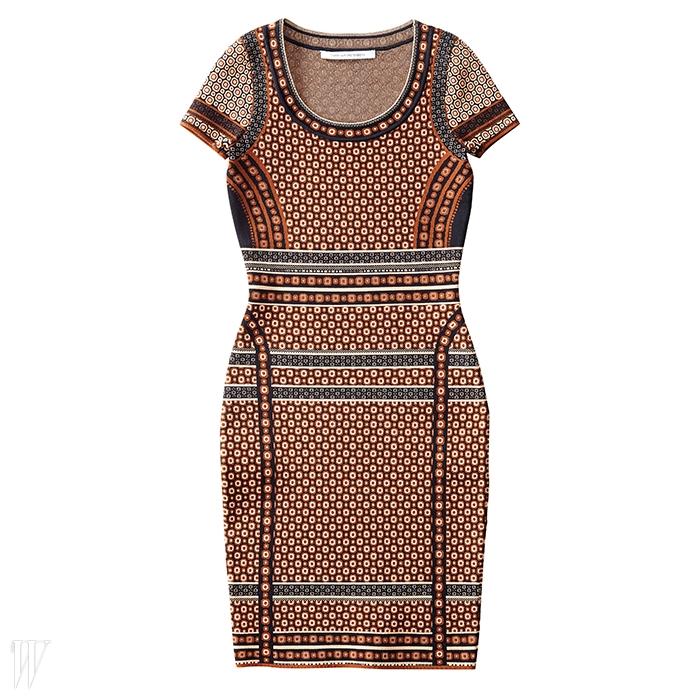 DVF 에스닉한 무드의 잔 꽃무늬 패턴 니트 드레스. 78만원.