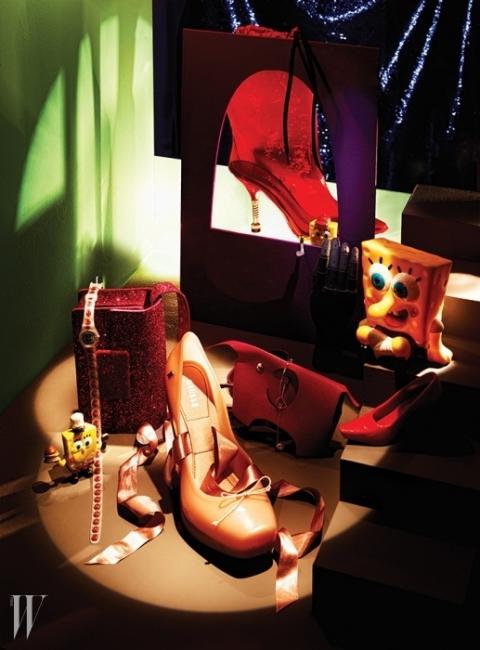 왼쪽부터 시계 방향 | 화려하게 반짝이는 펄 장식의 핑크색 미니 숄더백은 Saint Laurent by Hedi Slimane, 손목에 두 번 감아 연출할 수 있는 루비 패턴의 손목시계는 Swatch, 투명한 PVC 소재의 붉은색 레인 부츠는 Miu Miu, 카림 라시드와 협업한 붉은색 펌프스 디자인의 미니 멜리사 컬렉션 미니어처는 Melissa, 코끼리를 천진난만하게 표현한 고급스러운 가죽 오브제는 Hermes, 후프와 연결된 원석 장식이 돋보이는 로즈 골드 소재의 드롭형 귀고리는 Didier Dubot, 발레리나 슈즈를 연상시키는 새틴 스트랩의 펌프스는 Melissa 제품.