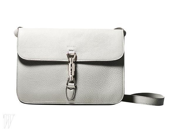 잠금 장식과 덮개를 제외하고는 디자인 요소를 최소화한 재키 소프트 핸드백은 구찌 제품.