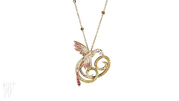 VAN CLEEF & ARPELS 새의 모양에서 영감을 받은 핑크 다이아몬드 목걸이. 6백만원대.