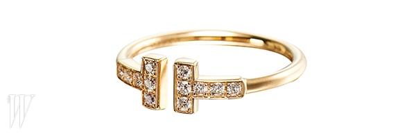 TIFFANY&CO. 알파벳 T를 모티프로 디자인한 반지. 2백만원.
