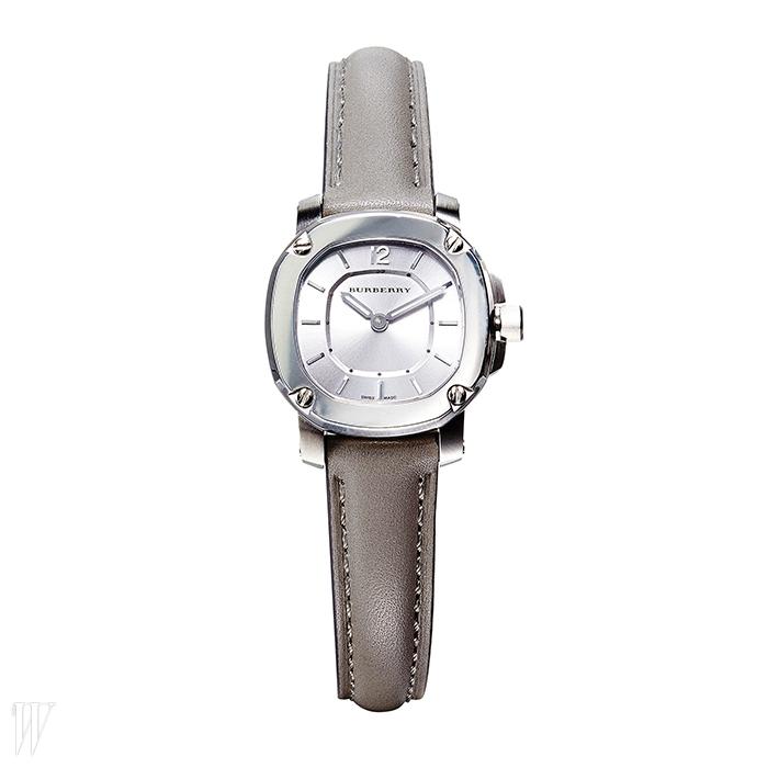 BURBERRY스틸 다이얼과 회색 가죽 스트랩이 조화로운 시계 2백55만원.