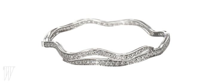 BREGUET 잔잔한 곡선의 형태가 아름다운 팔찌. 3천만원대.