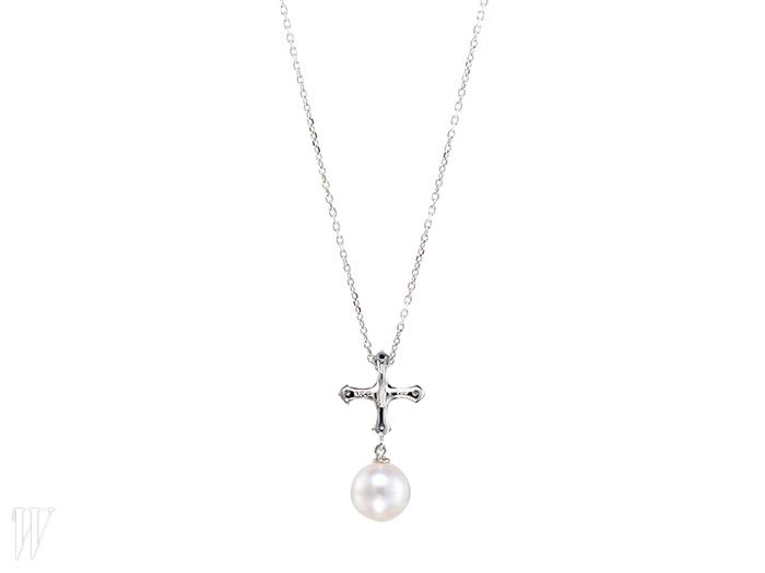 LUCIE 십자가와 진주가 결합된 펜던트 장식의목걸이. 1백만원대.