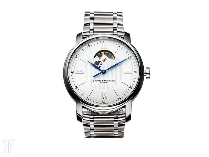 BAUME & MERCIER 파란색 시곗바늘이포인트인 메탈 스트랩 손목시계. 가격 미정.