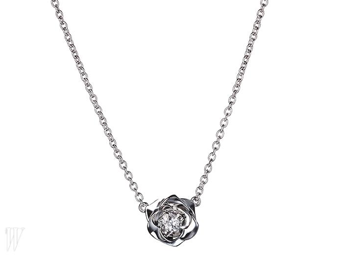 PIAGET 입체적인 다이아몬드가 세팅된 장미 모티프의 목걸이. 2백50만원대.