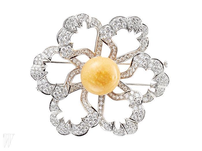 BOUCHERON 큼직한 옐로 천연 멜로 펄이 중앙에 세팅된 꽃 모티프 마가렛 브로치. 가격 미정.