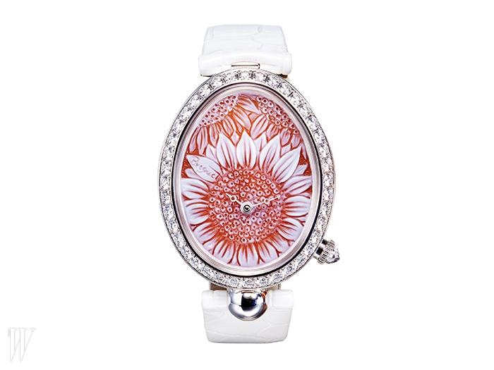 BREGUET 다이아몬드를 세팅한 베젤과 다이얼의 섬세한 꽃무늬가 인상적인 시계. 8천만원대.