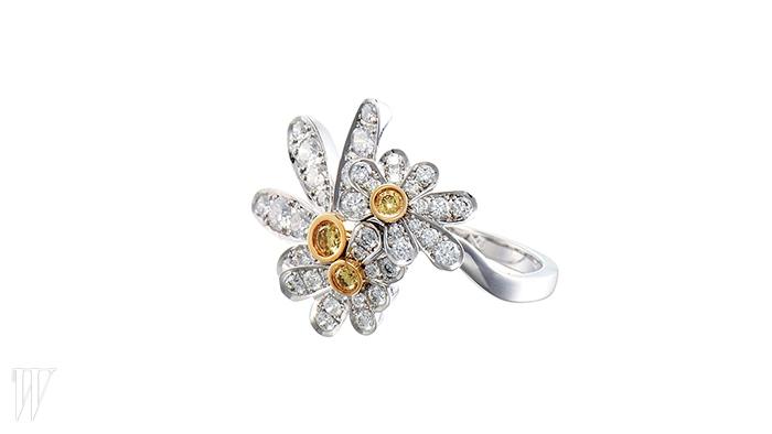 LUCIE 옐로 다이아몬드와 화이트 다이아몬드로 캐머마일 꽃을 형상화한 미니 링. 가격 미정.