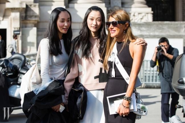 까르벵 쇼가 끝나고 나온 우리 모델들과 포즈를 취한 안나 델로 루소. 그녀가 곽지영과 박지혜의 컴카드를 받아갔다!