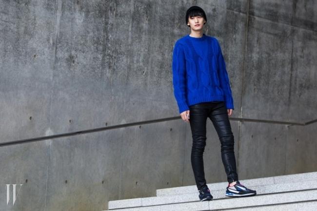 선명한 파란색 니트가 시선을 사로잡는 모델 김태환. 컬러풀한 슈즈는 아디다스 X 라프 시몬스 제품.