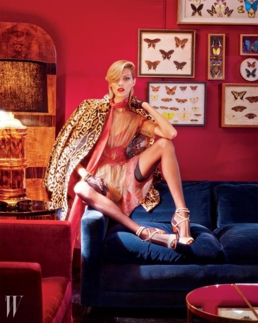 레오퍼드 무늬 코트는 Etro,붉은색 레이스가 더해진 시스루 드레스는Alberta Ferretti,붉은색 스카프는 Lanvin,안에 입은 브라는 Secrets in Lace,검은색 장갑은 Cornelia James,오른손에 착용한 다이아몬드가 세팅된팔찌는 뉴욕 FD Gallery에 소장된Van Cleef & Arpels,금 소재 뱅글은 FD Gallery에 소장된Aldo Cipullo for Cartier,원석이 세팅된 사각형 디자인의 반지는FD Gallery에 소장된Dinh Van for Cartier, 스타킹은 Falke,아이보리색 스트랩 샌들은 Givenchy 제품.
