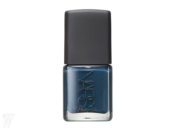1. Nars 필립 림 네일 폴리쉬(다크 룸)인디고 데님의 색상과텍스처를 재현한 짙은 블루 색상.15ml, 2만7천원.