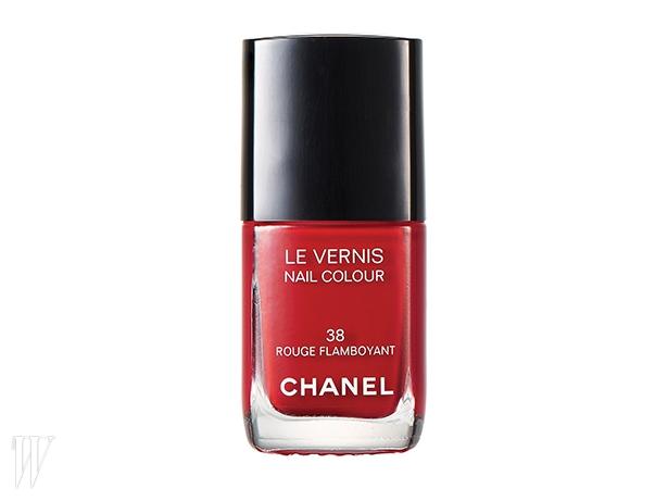 2. Chanel 르 베르니 레 루쥬 퀼트드 샤넬(38 루쥬 플랑부아양뜨)1980년대에 히트한 샤넬의아이코닉한 스칼렛 레드 색상에서영감을 받아 재탄생했다.13ml, 3만3천원.