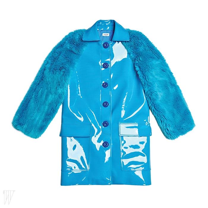 PVC와 모피의 매치가돋보이는 코트.