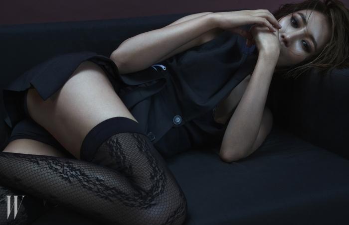 허리에 리본 장식이 있는베스트는 Dior, 초커로 표현한골드 체인 네크리스는Vintage Hollywood 제품.레이스 브라톱과 스타킹,쇼츠는 스타일리스트 소장품.