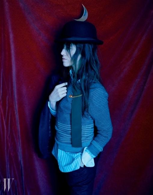 블레이저, 스웨터,셔츠와 바지 모두 Charlotte Gainsbourgfor Current/Eliott 제품.