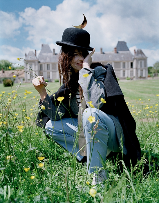 케이프는 Celine, 셔츠와 재킷은 Charlotte Gainsbourg for Current/Eliott, 파자마 팬츠는 Brooks Brothers, 슈즈는 Adidas Originals, 모자는 Christys' Hats London 제품.