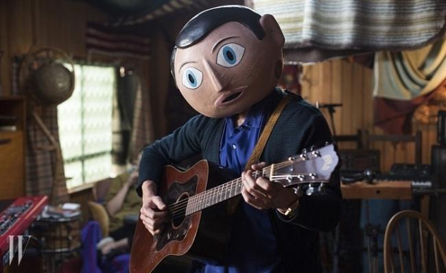 영화 <프랭크>에서 그는 절대 가면을 벗지 않는 괴짜 로커 프랭크로 등장했다.