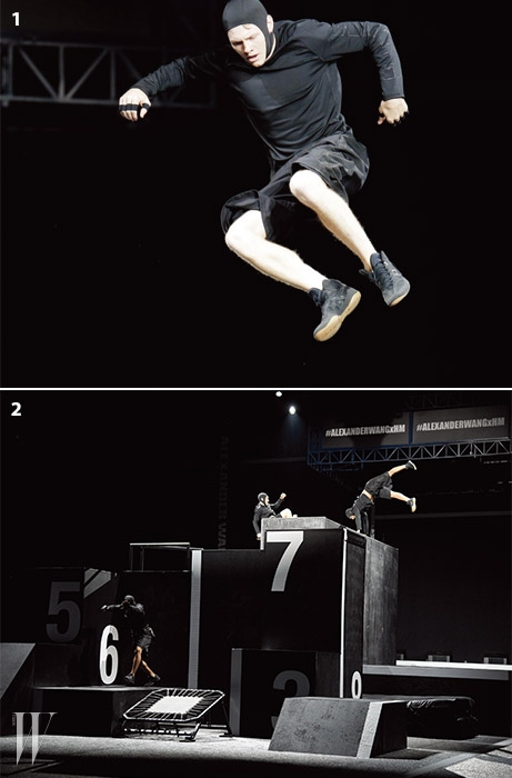 위 |멋진 공연을 펼치고 있는 파쿠르 퍼포머.아래 |검정과 하양의 단순한 구조물 위에서 액티브한 퍼포먼스로 쇼의 시작을알린 프리러닝 파쿠르 팀. 서커스를 방불케 하는 움직임에 모든 관객이커다란 환성으로 반응했다.