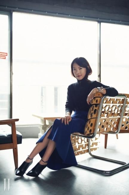 터틀넥 스웨터는 스텔라 매카트니, 슬릿이 인상적인 스커트는 마르니,주얼리는 모두 넘버링 제품. 손목시계와 슈즈는 본인 소장품.
