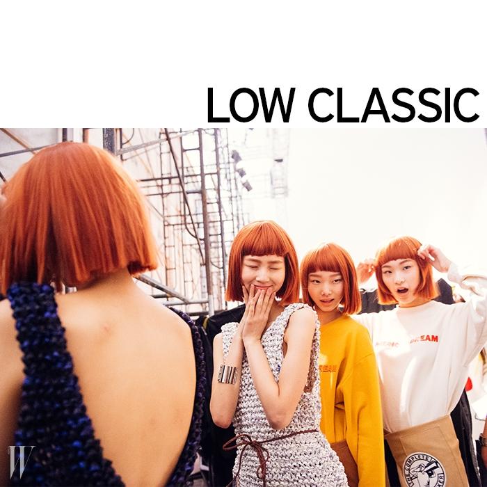 다 같은 붉은 가발을 쓴 모델들 덕분에 기묘하고도유쾌한 분위기가 가득했던 로우 클래식 백스테이지.