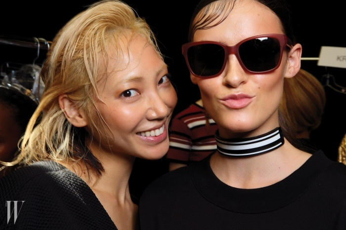 활기찬 DKNY의 시티 스포티 룩을입은 수주와 크레미.