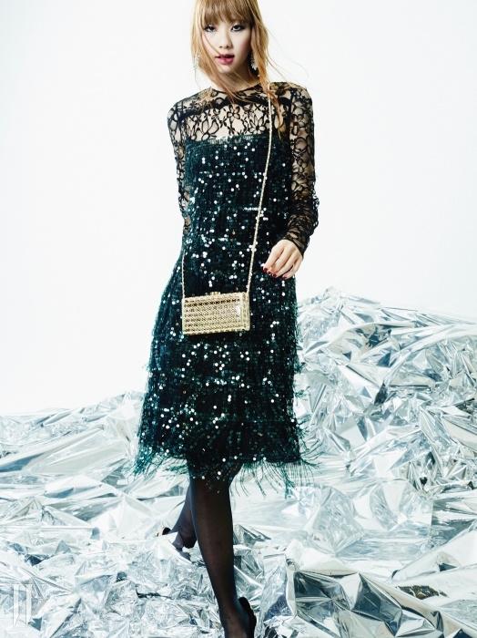 로고 모양 패턴의메탈릭한 미니 백은 샤넬.프린지처럼 연출된 비즈와스팽글 장식이 화려한드레스는 루이 비통,드롭 귀고리는 스와로브스키 제품.