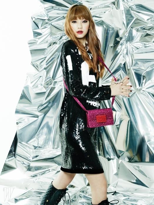 반짝거리는 핫 핑크색 미니 백은 생로랑. 시퀸 장식 드레스는 톰 포드, 퀼팅 장식의 레이스업 부츠는모스키노, 굵은 체인 목걸이는 스와로브스키, 별 모양 반지는 엠주 제품.