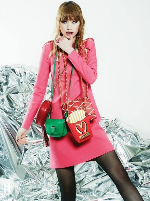 태슬 장식의 빨간 미니 백은 구찌,정교한 재단의 녹색미니 백은 에르메스, 그래픽패턴이 시선을 끄는 백은루이 비통, 패스트 푸드를연상시키는 백은 모스키노.조형적으로 구멍을 낸 네크라인이시선을 끄는 핑크미니 드레스는 발렌티노,꽃 모양 귀고리와핑크 반지는 모두 엠주 제품.