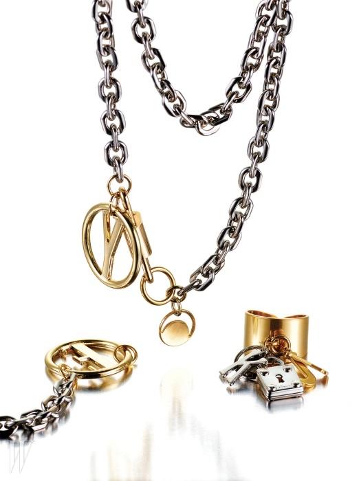 자물쇠, 열쇠와 어우러진 이니셜펜던트와 참 장식이 모던한 메탈주얼리는 모두먼데이에디션제품.체인 목걸이는 8만5천원,체인 팔찌는 6만5천원, 작은 이니셜과참 장식 반지는 5만2천원.