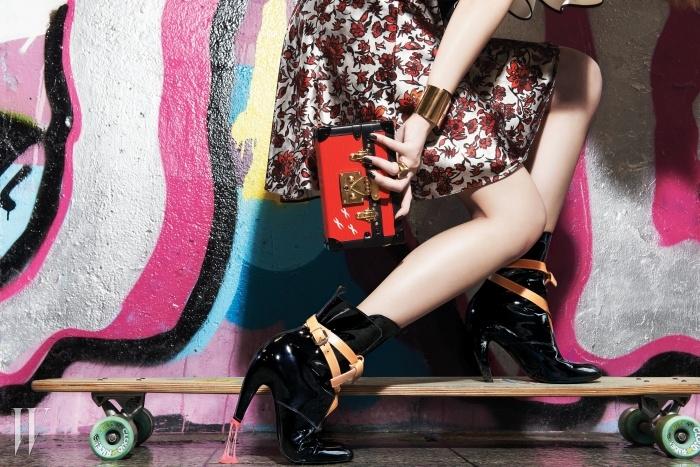 트렁크 형태의 미니 클러치, 가죽 버클이 둘러진 페이턴트 소재 부츠,골드 뱅글과 링, 꽃무늬 원피스는 가격 미정. 모두 루이 비통 제품.롱 보드는 스티브J&요니P 제품. 57만6천원.
