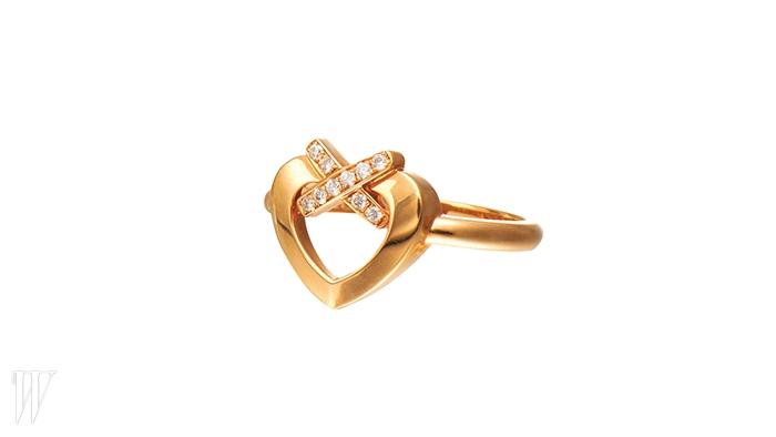 CHAUMET 10개의 다이아몬드가 세팅된 리앙 하트 반지. 2백만원대.