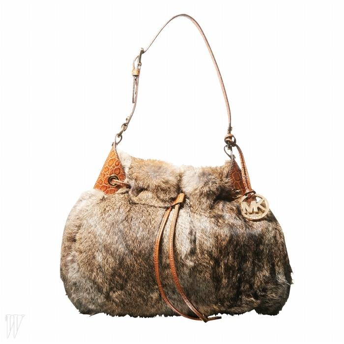 MICHAELKORS 풍성한 토끼털 장식의 버킷백. 가격 미정.