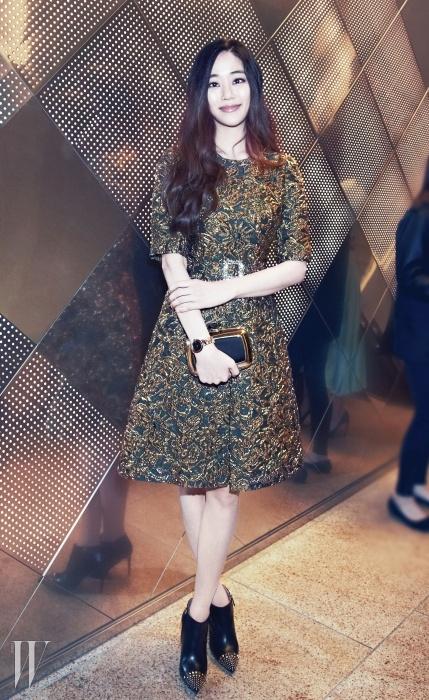 우아하고 페미닌한배우 김효진이착용한 루체아 워치는 Bulgari,금빛으로 반짝이는자카드 소재 드레스는Dolce & Gabbana,스터드 장식의부티는 Gucci 제품.