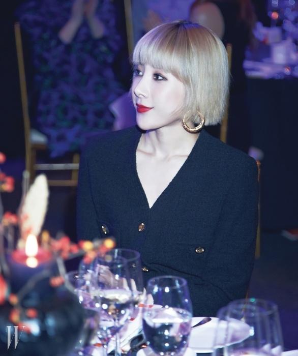 클래식한트위드 재킷 룩으로파티에 참석한가수 서인영.