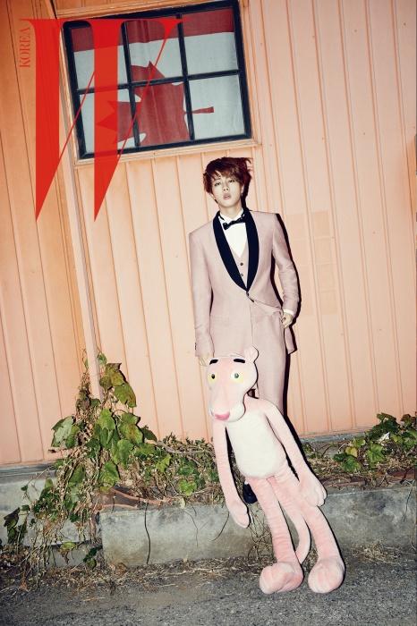 진이 입은 핑크 턱시도 수트는 LoadAnd Tailor, 페이턴트 소재의클리퍼는 Underground, 검은색가죽 보타이는 Saint Laurent 제품.
