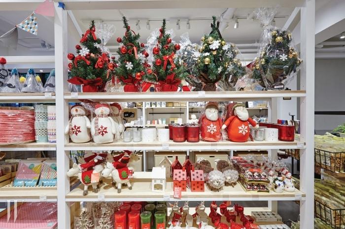 가로수길 자주 매장에는 벌써부터크리스마스 제품이 가득하다.