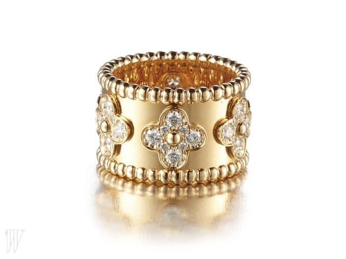 반 클리프&아펠의 반지처럼, 주얼리는 고급스러운 것을 선택하는 것이 좋다.