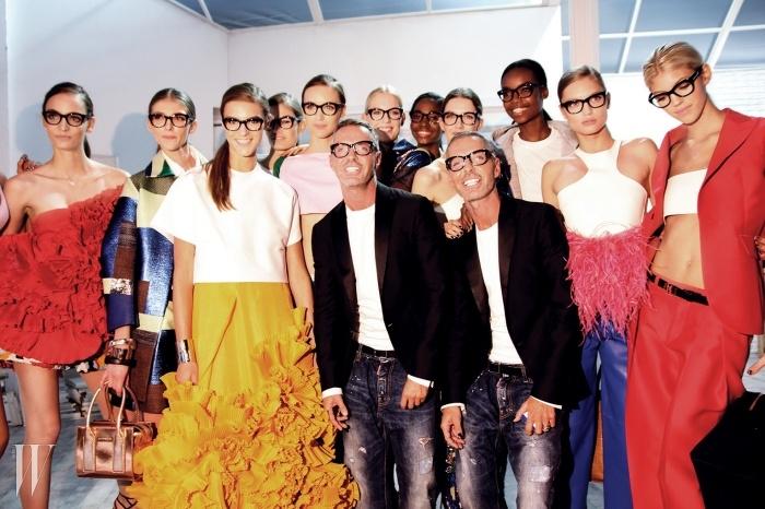 디스퀘어드2 쇼가 끝난 뒤,자신들의 시그너처 안경을 쓴모델들과 함께 함박웃음을짓는 딘&댄 듀오.