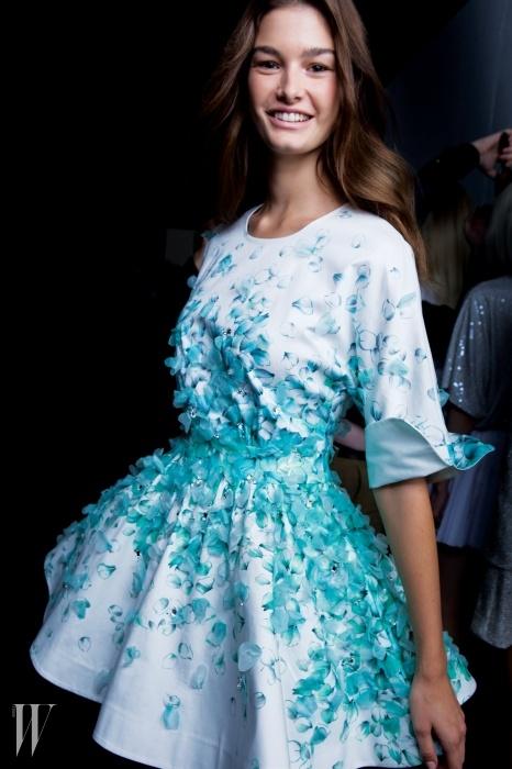 솜씨가 기가 막혀!블루마린의봄 기운을 전한아플리케 장식 드레스.