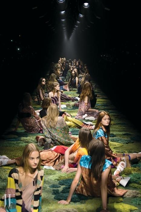 드리스 반 노튼 쇼의황홀한 패션신!피날레에 이르자 모델들은아티스트 알렉산드라케아요글로우가수작업으로 완성한초록빛 융단 위로차례로 눕기 시작했다.