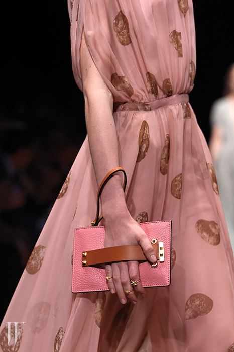하늘거리는 시폰 드레스와색깔을 맞춘발렌티노의 미니 클러치.